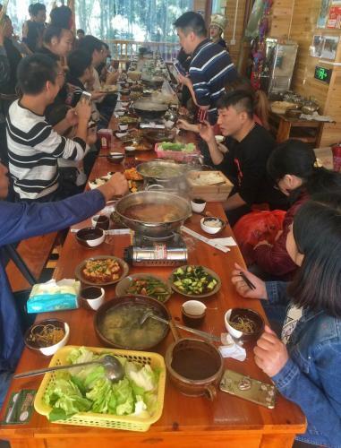 07-西江苗寨-游客长桌宴
