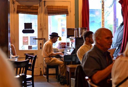 02-新奥尔良-弹奏Jazz的酒吧钢琴师